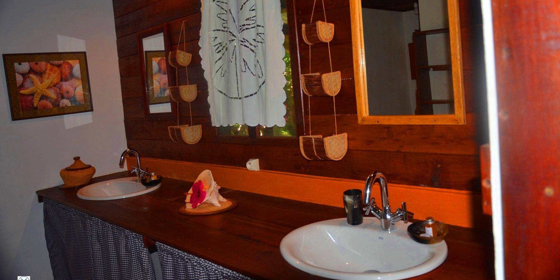 Salle de bain 2 bungalow familial boraha village ile ste marie